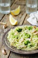 romige kaasachtige broccolispaghetti met kip foto