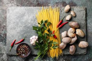 schelpen vongole en rauwe sapaghetti foto