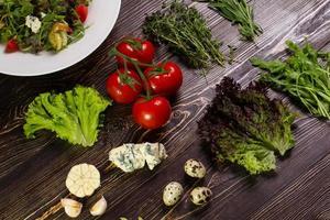 salade met garnalen en ingrediënten. foto
