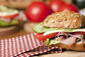 gezonde sandwich met ham, sla, kaas foto