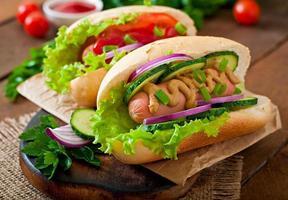 hotdog met ketchup, mosterd, sla en groenten foto