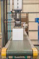 industriële robot die in plastic fabriek werkt foto