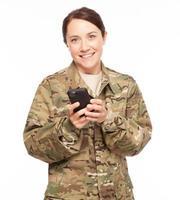 leger soldaat op mobiele telefoon. foto