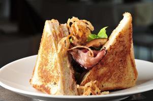twee clubsandwich met gebakken spek foto