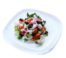salade in een witte plaat foto
