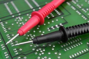 kabel van multimeter op elektronisch bord foto