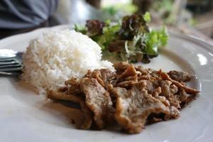 knoflook en peper varkensvlees met rijst foto