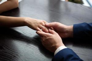 bruid en bruidegom handen foto