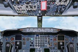 vliegtuig dashboard. zicht in de stuurhut. foto