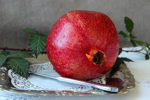 rijp granaatappel op een bord. foto