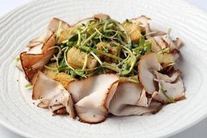 salade met vlees in witte schotel close-up foto