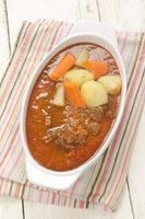 rundergoulash met wortel en aardappel foto