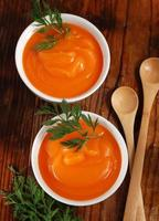 wortelsoep in de kom foto