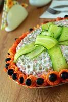 sla is versierd met komkommer foto