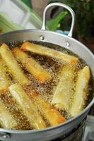 loempia's, gebakken in een pan. foto