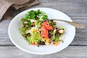 salade met groenten op een bord foto