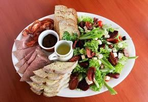 koud vlees en salade foto