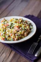 olivier salade een feestelijke tafel, nieuwjaar foto