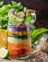 verse kleurrijke salade in de pot