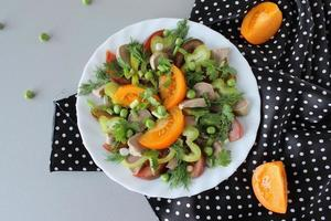salade met lamstong, tomaten en balsamicoazijn foto