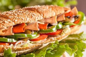 Broodje kip en kalkoenham met groenten foto