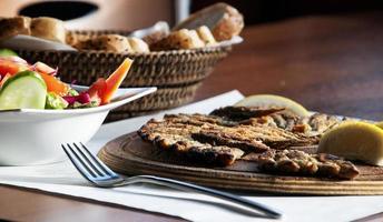 gebakken vis en gemengde groentesalade