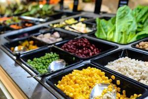saladebar in de supermarkt foto