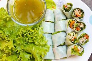 verpakte gebakken makreel met noedels, Thais eten. foto
