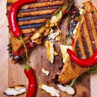 pittige kip clubsandwich van roggebrood foto