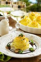gebakken vlees met champignons in aardappelpuree.