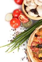 heerlijke pizza, groenten, kruiden en olie op wit wordt geïsoleerd foto