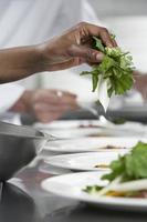 chef-kok die salade voorbereidt foto