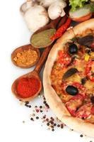 heerlijke pizza, groenten en kruiden op wit wordt geïsoleerd foto
