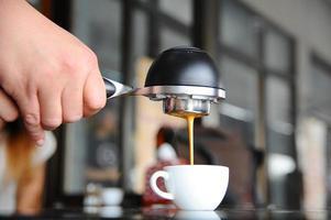 mobiele espressomachine in de hand barista. foto