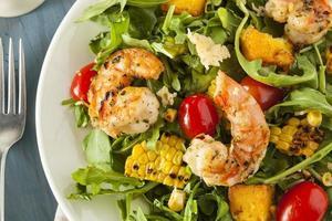 gezonde salade van garnalen en rucola foto