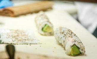 sushi rolt met avocado en sesamzaadjes foto