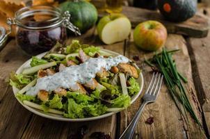 Waldorfsalade met gegrilde kip foto