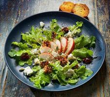 frisse salade met peer, walnoten en blauwe kaas foto