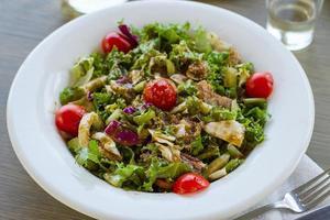 Griekse salade met tomaten en crackers foto