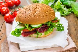 sandwich met ham en groenten foto