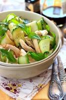 oosterse salade met komkommer en chichen foto