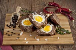 gebakken gehaktbrood met gekookte eieren voor Pasen foto