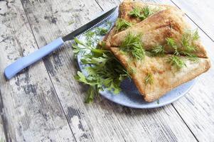 sommige broodjes en blauw bord op de oude houten tafel foto
