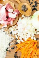 varkensvlees, rijst, kruiden en laurier voor pilaf foto