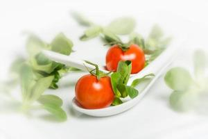 veldsla en cherrytomaat foto