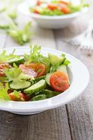 groentesalade van verse komkommers, sla en kerstomaatjes foto