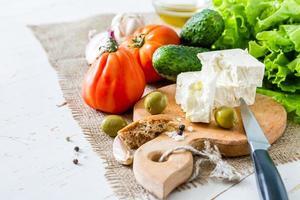 salade-ingrediënten - tomaat, sla, komkommer, feta, ui, olijf, knoflook