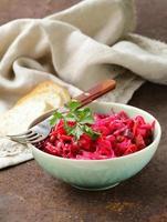 traditionele Russische salade van rode biet en zuurkool (vinigret) foto