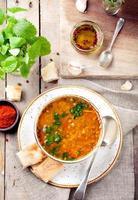 linzensoep met gerookte paprika en brood foto
