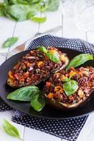 gevulde aubergine met rode rijst en groenten foto
